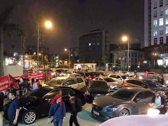 Cư dân Hồ Gươm Plaza để xe tràn ra ngoài phản đối chủ đầu tư tối 20-3.