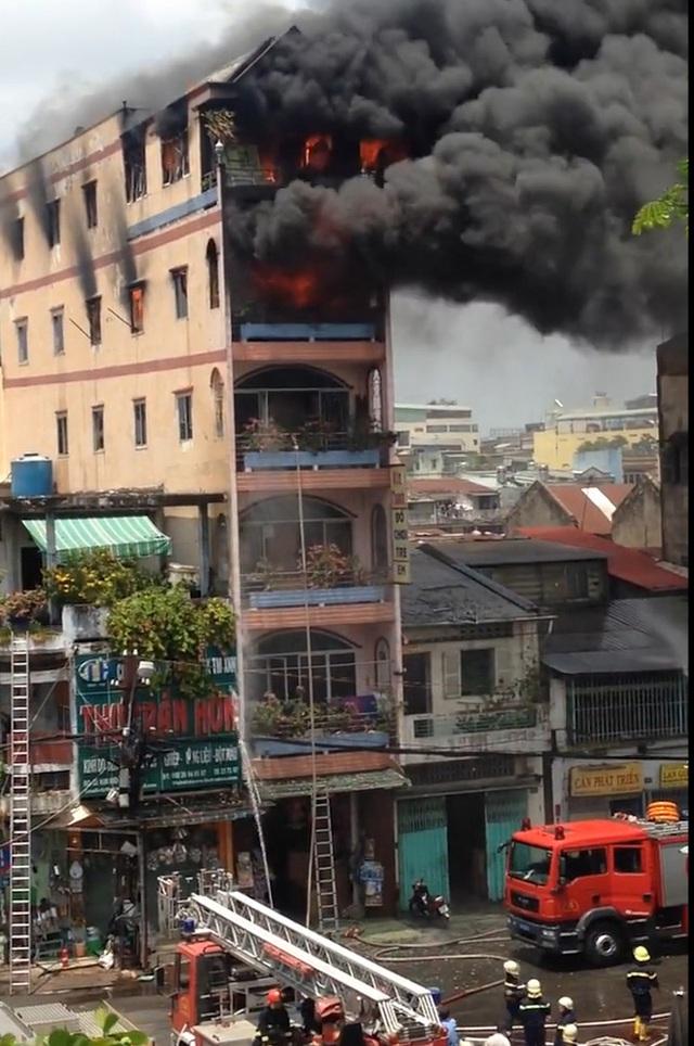 Hình ảnh đăng tải, ghi lại cháy ở tầng 5 nhưng vòi nước chỉ phun đến tầng 3.