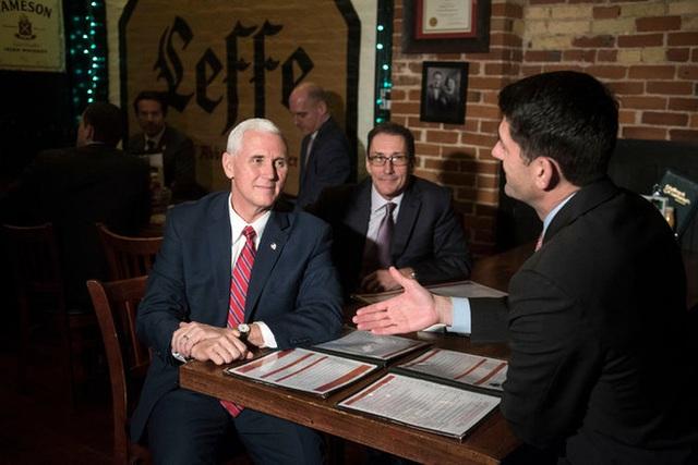 Phó TT Mike Pence gặp Chủ tịch Hạ viện Paul Ryan hồi đầu tháng để bàn bạc về dự luật chăm sóc sức khỏe. Ảnh: NYTimes