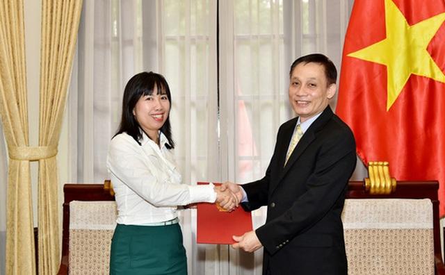 Thứ trưởng Bộ Ngoại giao Lê Hoài Trung trong một lần trao quyết định bổ nhiệm cho bà Lê Thị Thu Hằng - Ảnh: Thế giới và Việt Nam