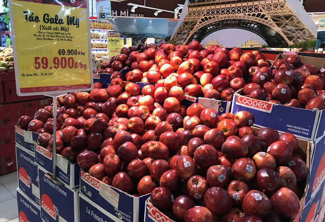 Hoa quả nhập khẩu đang được bày bán tràn ngập với giá rẻ chỉ vài chục ngàn đồng/kg