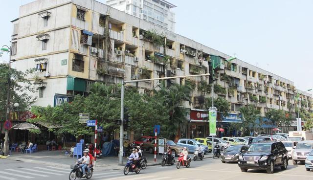 Chung cư cũ trên phố Giảng Võ, quận Ba Đình. Ảnh: Phạm Hùng