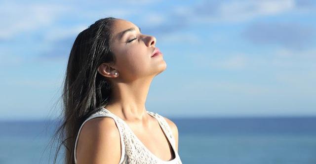 Hít thở sâu và chậm giúp bạn cảm thấy bình tĩnh và thư giãn hơn.