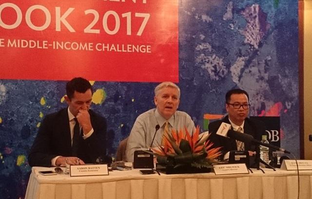 Giám đốc Quốc gia ADB Việt Nam Eric Sidgwick (giữa) phát biểu tại buổi họp báo sáng 10-4