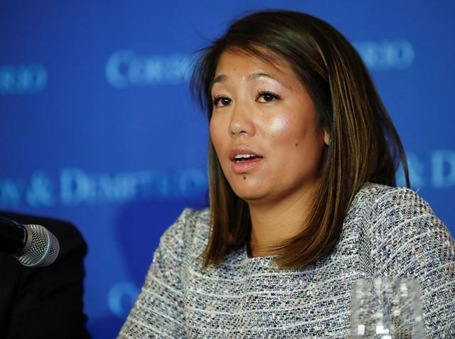 Crystal Dao, con gái ông David Dao, trong buổi họp báo ngày 13/4. Ảnh: Reuters.