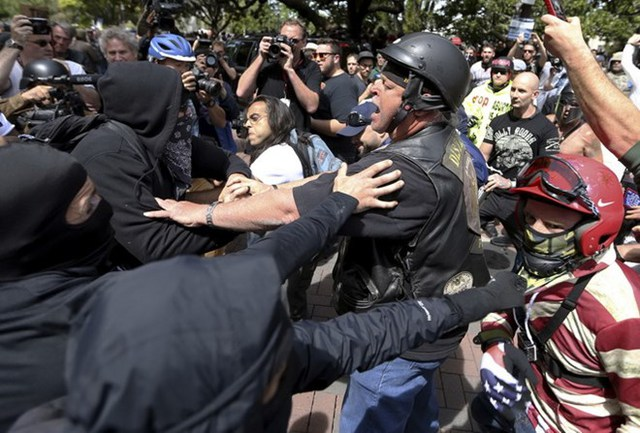 Người biểu tình Mỹ đụng độ với cảnh sát. (Nguồn: AP)