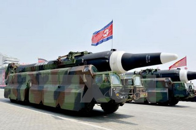 Một loại tên lửa được Triều Tiên trưng bày tại lễ diễu binh kỷ niệm 105 năm ngày sinh cố Chủ tịch Kim Nhật Thành ở Bình Nhưỡng ngày 15/4. (Nguồn: Kyodo/TTXVN)