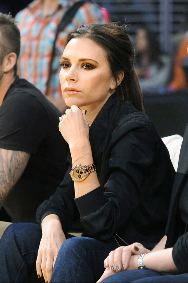 Ảnh: Victoria Beckham đeo chiếc Rolex vàng khối trong một sự kiện.