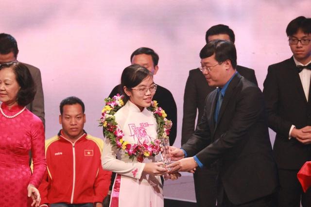 Hương Thảo là một trong 10 gương mặt trẻ tiêu biểu năm 2016 do Trung ương Đoàn vinh danh.