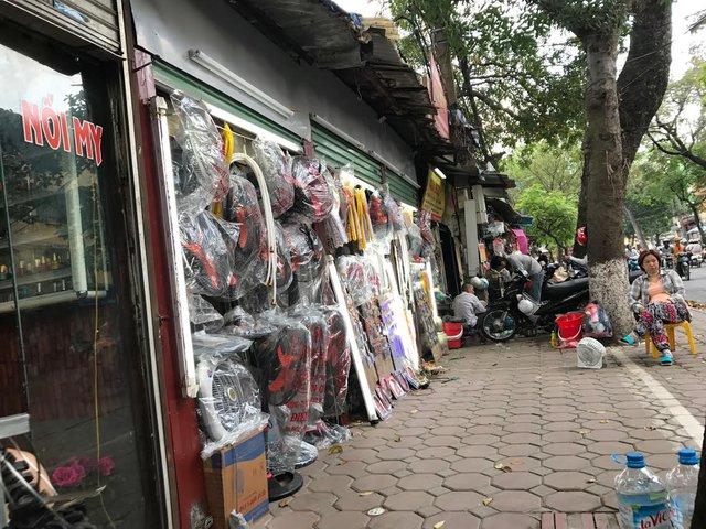 Một dãy 40 cửa hàng siêu nhỏ, siêu mỏng trên phố Lương Định Của.