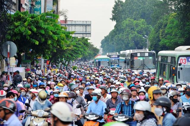 Xe buýt bị bao vây trong hàng ngàn xe máy trên đường Nguyễn Thái Sơn (quận Gò Vấp, TP HCM)