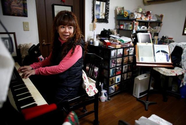 Cô Hiromi Tanaka ngồi trong căn phòng nhỏ của mình.