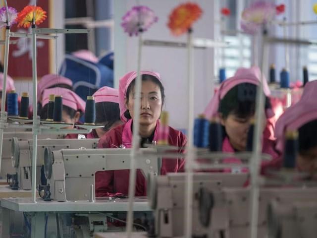 Các công nhân làm việc trong một nhà máy sản xuất túi ở Bình Nhưỡng. Ảnh: AFP.