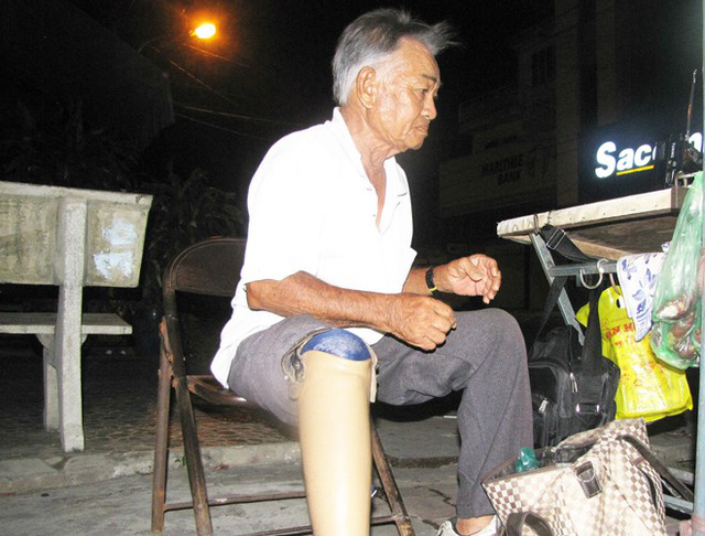 Sau tai nạn, cụ ông khốn khổ mất khả năng lao động để kiếm tiền nuôi sống bản thân (Ảnh minh họa)