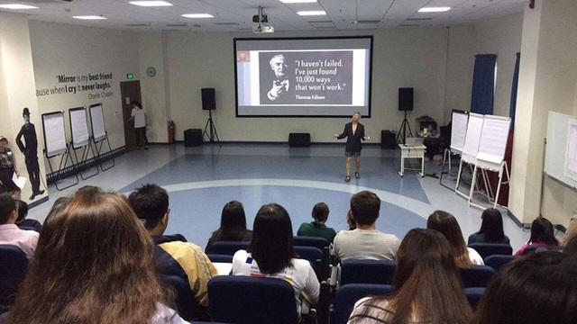 GS Trương Nguyện Thành trong buổi giảng về Lộ trình sáng tạo ngày 22 và 23/4. Ảnh: Vũ Anh.