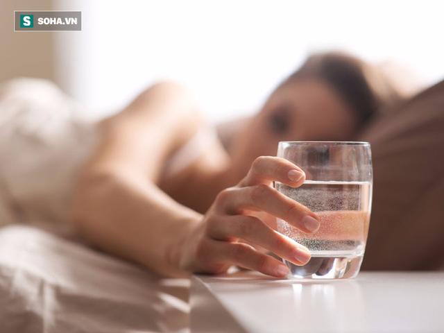 Bạn nên ngừng uống nước khoảng 2 tiếng trước giờ ngủ và nên đi vệ sinh trước khi lên giường.
