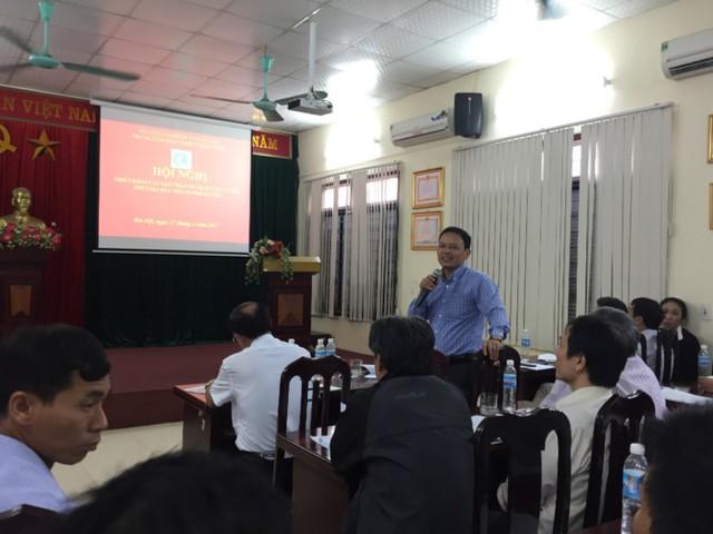Ông Nguyễn Thành Trung - Phó Giám đốc Trung tâm phát triển chăn nuôi Hà Nội bàn bạc giải pháp cùng các chủ trang trại chăn nuôi tại Hà Nội