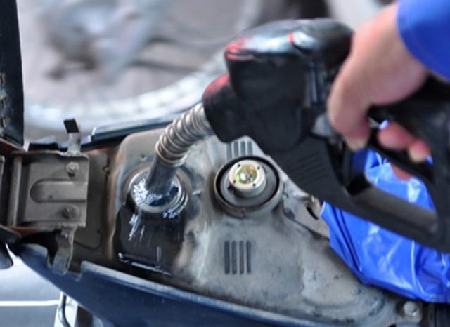 Không đổ xăng đầy bình là một trong những mẹo đổ xăng cần phải biết. Ảnh minh họa
