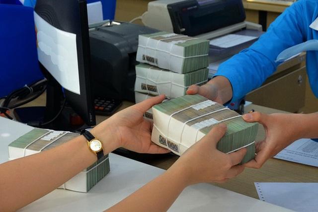 Người gửi tiền được lãi suất cao khi tham gia chương trình khuyến mại của các ngân hàng Ảnh: Tấn Thạnh