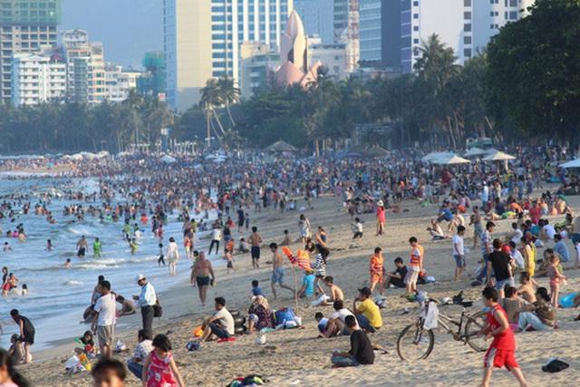 Bãi biển Nha Trang – Khánh Hòa chật kín du khách Ảnh: KỲ NAM