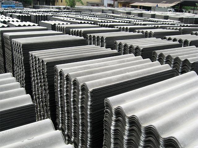 Tấm lợp fibro xi măng được sản xuất từ amiang trắng có chứa nhiều chất độc hại.