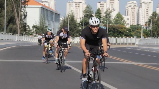 Ông Vũ Minh Trí, CEO Microsoft Việt Nam (đeo kính) trong buổi tập môn xe đạp cùng đồng đội