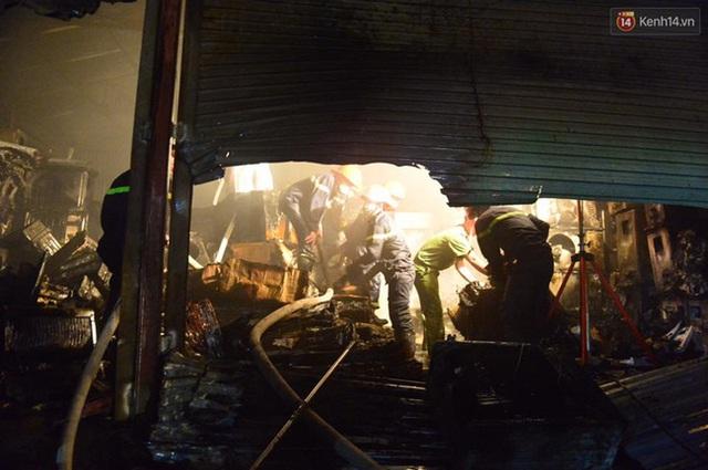 Lực lượng cứu hộ vận chuyển điều hòa ra ngoài