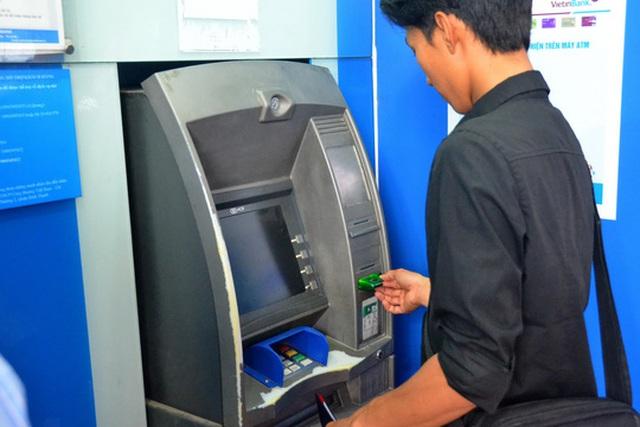 Chủ thẻ ATM cần quan sát kỹ những bất thường trên máy ATM trước khi giao dịch Ảnh: TẤN THẠNH