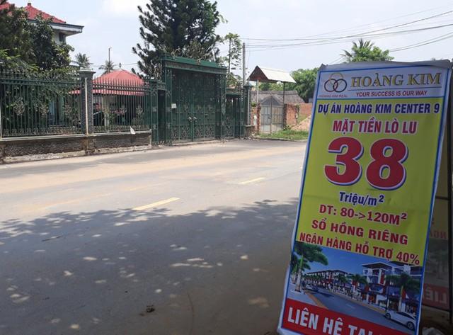 Nhiều công ty treo biển báo bán đất được quảng cáo ăn theo điểm nóng Lò Lu. Ảnh: Thái Nguyễn.