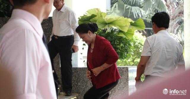 Chủ tịch Quốc hội Nguyễn Thị Kim Ngân bước vào Hội trường Thành ủy TP.HCM trước giờ trao quyết định cho tân Bí thư Thành ủy Nguyễn Thiện Nhân.