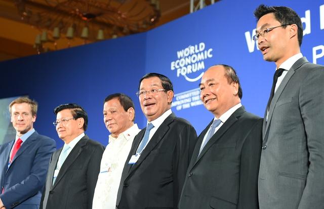 Thủ tướng nước chủ nhà WEF-ASEAN Campuchia Hun Sen, Thủ tướng Nguyễn Xuân Phúc và đại biểu dự Diễn đàn. Ảnh: VGP/Quang Hiếu
