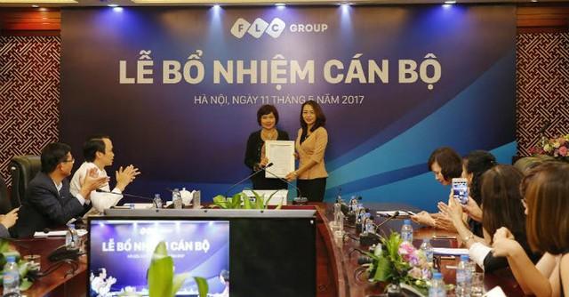Bà Hương Trần Kiều Dung trao quyết định bổ nhiệm giữ chức vụ Phó tổng giám đốc kiêm Trưởng Ban nhân sự đối với bà Võ Thị Thùy Dương.