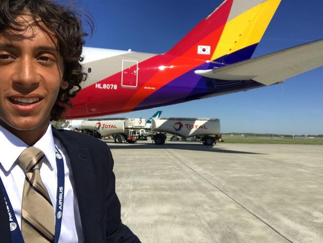 Đây là Alex Macheras, 20 tuổi, chuyên gia về hàng không đã đi khắp thế giới trên khoang hạng sang của những chiếc máy bay. Anh thử nghiệm sự an toàn của mọi chỗ ngồi trước khi chiếc máy bay chở khách.