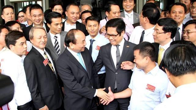 Thủ tướng với các doanh nhân tại cuộc đối thoại năm 2016. Ảnh: VGP