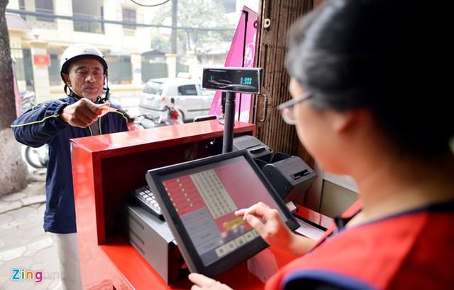 Thu nhập từ bán vé số Vietlott tại Hà Nội đang không đạt kỳ vọng của người bán khi so sánh với việc kinh doanh các mặt hàng, dịch vụ khác tại cùng mặt bằng, dù mức vốn bỏ ra không hề nhỏ. Ảnh minh họa: Lê Hiếu.