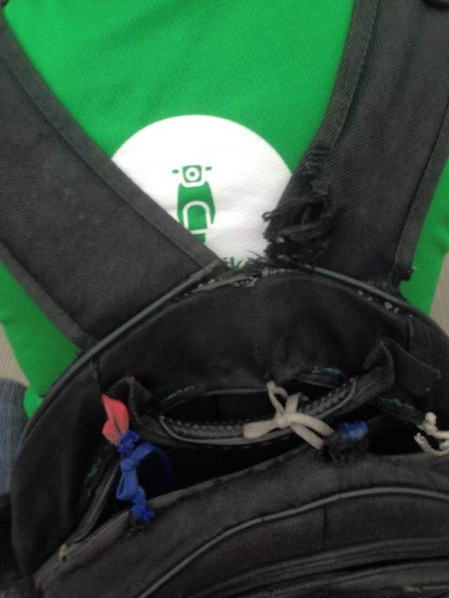 Chiếc balo rách của bạn sinh viên.