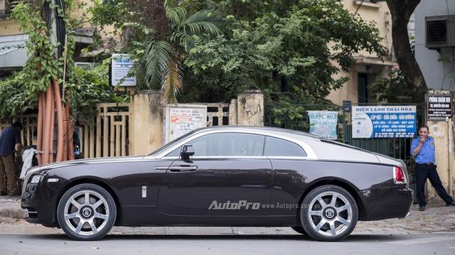 Chiếc xe Rolls-Royce Wraith có màu sơn kép với thân nâu nhạt và nóc xe màu ghi bạc bất ngờ xuất hiện tại Hà Nội.