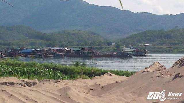 Một nhóm tàu hút cát giăng kín mặt sông Đà. (Ảnh: Đ.T