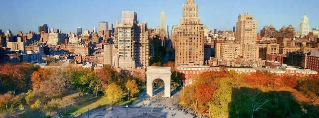 Nữ diễn viên nổi tiếng, giàu có Angelina Jolie từng theo học đại học New York. Đây cũng là ngôi trường của 488 người giàu có khác. Tổng giá trị tài sản được thống kê là 155 tỷ USD.