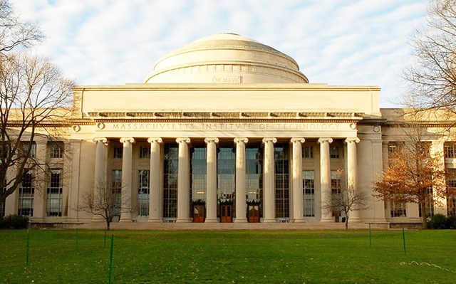 Học viện công nghệ Massachusetts là ngôi trường tỷ phú Drew Houston, người sáng lập và CEO của Dropbox từng theo học. 374 người giàu có khác cũng từng theo học ngôi trường này. Tổng giá trị tài sản của họ ước tính lên tới 215 tỷ USD.