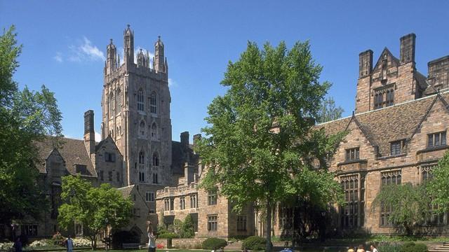 Hai vợ chồng cực Tổng thống Mỹ Bill Clinton và Hillary Clinton đều từng theo học đại học Yale. Nơi đây cũng từng đào tạo 360 người giàu có với tổng tài sản ước tính khoảng 156 tỷ USD.