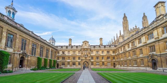 Người sáng lập Huffington Post, CEO của Thrive Global đã tốt nghiệp đại học Cambridge năm 1972. Nơi đây cũng đào tạo 271 người giàu có khác. Tổng tài sản của họ ước tính đạt 69 tỷ USD.