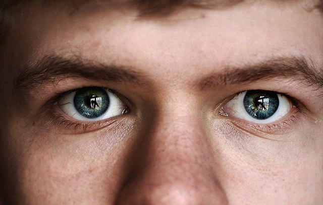 Có rất nhiều hành động khiến bạn vô tình làm nhiễm trùng, tổn thương mắt.