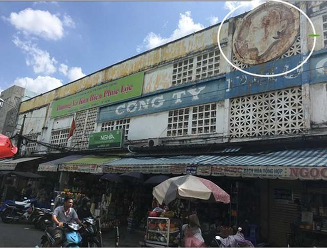 Trụ sở công ty dầu và xà bông trước đây (Truong Van Ben & fils - huilerie et savonnerie Vietnam). Hình ảnh cô Ba vẫn còn lưu lại (trong vòng tròn)