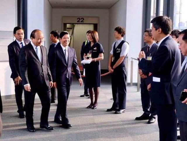 Cán bộ Đại sứ quán Việt Nam tại Nhật Bản vui mừng chào đón Thủ tướng Nguyễn Xuân Phúc quá cảnh trên đường thăm Mỹ - Ảnh Đại sứ quán Việt Nam tại Nhật Bản