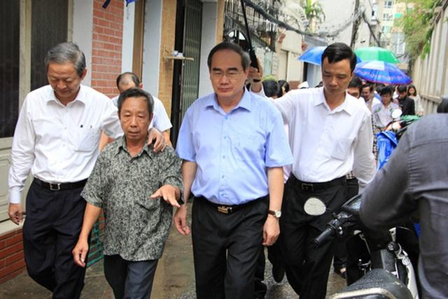 Ông Nguyễn Thiện Nhân, Bí thư Thành ủy TP HCM khảo sát tình hình ngập ở đường Nguyễn Hữu Cảnh