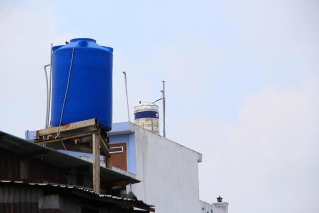 Người dân ấp Mỹ Huề, xã Trung Chánh, huyện Hóc Môn, TP HCM vẫn dùng nước giếng khoan dù đã được gắn đồng hồ nước