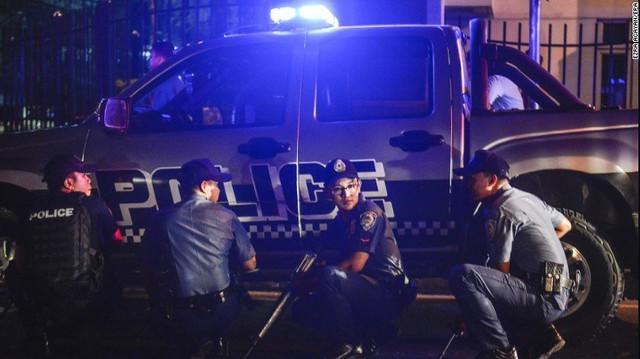 Cảnh sát phong tỏa ngoài hiện trường. (Ảnh: CNN)