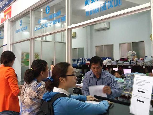 Người dân đến làm thủ tục kê khai thuế tại Chi cục Thuế quận Bình Thạnh, TP.HCM sáng 2-6. Ảnh: QUANG HUY