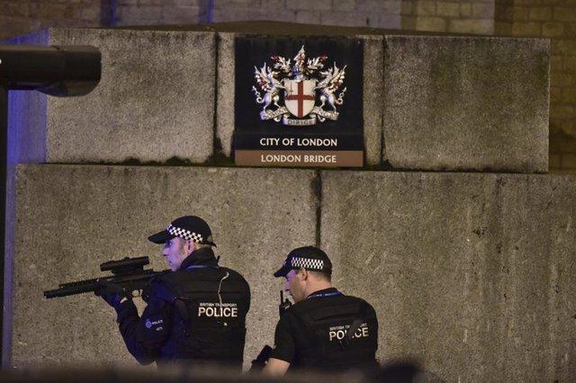 Cảnh sát được điều động tới cầu London. Nguồn: AP